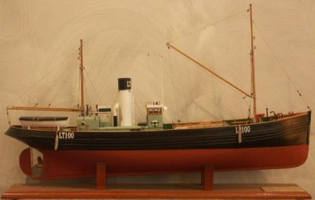 20th century wooden steam drifter LT 100 with very fine details, originally built 1917 in Lowestoft Suffolk, Scale 1:40.